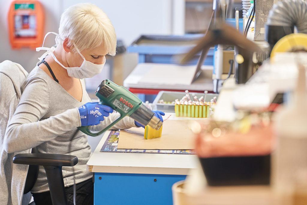 Lucie Da Silva assemble les pièces des batteries.